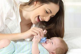 Este bine sa cureti suzeta bebelusului cu saliva ta?