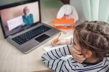 Copilul tau nu se poate concentra la orele online? 5 sfaturi de la specialisti care il pot ajuta
