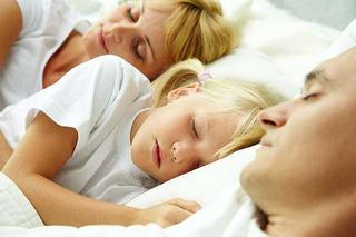 Parintii care nu dorm bine noaptea cred despre copilul lor acelasi lucru