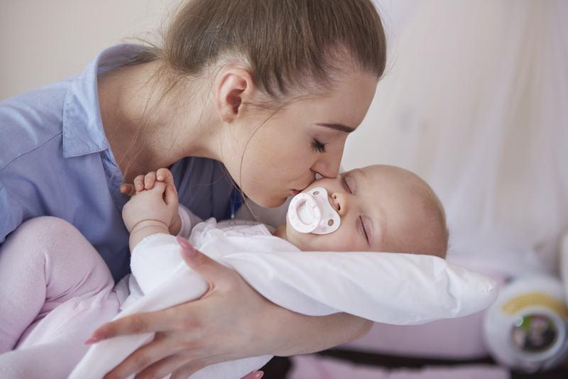 De ce sa pui bebelusul in patut inainte sa adoarma complet. Trucul pe care toate mamele trebuie sa il stie
