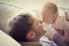 Pediatrii recomanda tatilor sa petreaca timp cu copiii. Modul lor de ingrijire este diferit de cel al mamelor