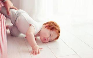 Ce trebuie sa faci urgent daca bebelusul a cazut din pat