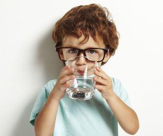 Cata apa ar trebui sa bea copiii in functie de varsta si greutate?