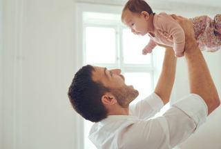 Pentru tatici: Cum sa creezi o legatura puternica intre tine si bebe