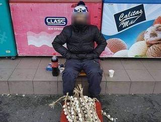 Povestea baiatului de 13 ani care vinde usturoi pe strada, la Pitesti, pentru a face rost de bani pentru manca