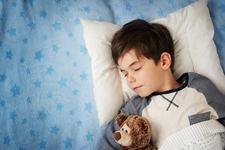 STUDIU. Copiii care se culca tarziu risca sa devina mai grasi