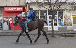Povestea tanarului din Iasi care a plecat pe cal la maternitate sa isi vada copilul