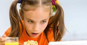 "Psiholog: ""Sa ii dai copilului sa manance in fata unui telefon este ca si cum l-ai pune pe modul avion"""