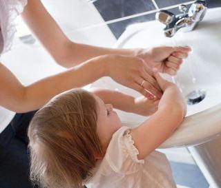 Spalatul pe maini la copii, un obicei distractiv