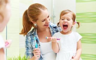 5 trucuri pentru a invata copilul sa se spele pe dinti