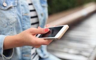 De ce parintii ar trebui sa petreaca mai putin timp pe smartphone-urile lor. Sunt MOTIVE serioase