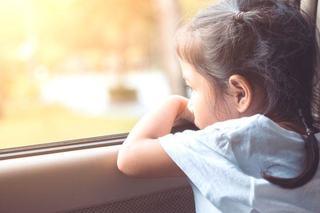 Participarea copiilor la evenimente nefericite in familie. Cum ii poate afecta pe varste