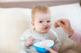Primele alimente solide recomandate la bebelusi