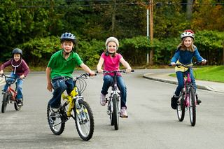 De ce copiii au nevoie sa se joace in aer liber: trei motive pentru care joaca afara ii ajuta sa se dezvolte