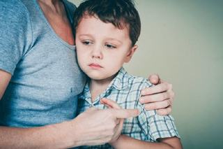 Tipetele ranesc sufletul. Cum vindeci ranile emotionale ale copilului dupa ce ai tipat la el