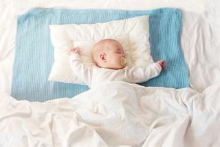 Pana cand doarme bebelusul fara pernuta?