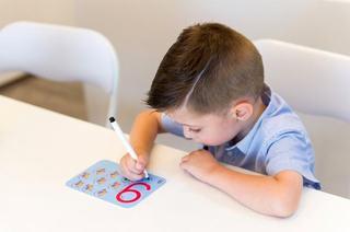 Specialistii avertizeaza: Copiii nu mai stiu sa tina creionul pentru ca petrec prea mult timp pe tableta si smartphone