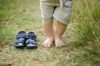 Cinci motive pentru care ar trebui sa iti lasi copilul sa umble descult afara