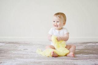 Bebe sta in fundulet fara ajutor?