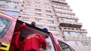 Un baietel de 6 ani a cazut de la etajul 4. Era singur acasa, in timpul orelor online