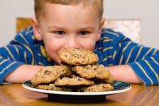 Cum iti convingi copilul sa nu mai manance dulciuri. 3 strategii inteligente