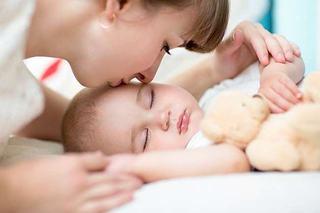 Cum doarme un bebelus in primele luni de viata