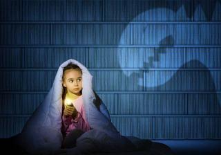 """Un """"monstru"""" sub pat? Iata cum il ajuti pe copil sa-si depaseasca teama"""