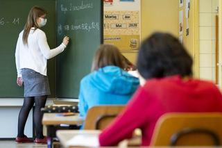 Proiect de lege: Stimulent de risc de 2.000 de lei pentru profesori si educatori