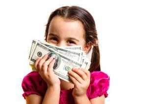 Atentie unde iti tii banii. Un copil de doi ani a taiat bucatele toate economiile parintilor