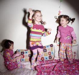 Culori tari si imprimeuri indraznete la hainutele pentru copii