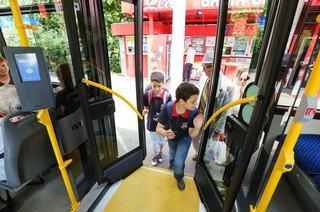 De  luni, elevii vor circula gratuit cu transportul in comun