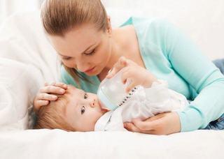 De ce ar trebui sa ii dai bebelusului lapte cu cana, in loc de biberon?