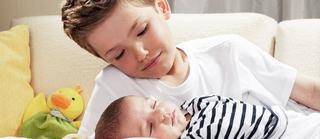Poti cere ajutorul fratelui mai mare cand vine bebe?