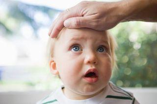 Cum scadem febra la copiii mici