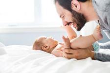 Sfaturi pentru tatici: cum sa creezi o legatura stransa cu bebe, inca din primele zile de viata