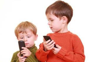 Manierele copiilor la telefon