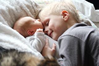 Poti preveni gelozia fratiorului mai mare cand aduci bebelusul acasa?