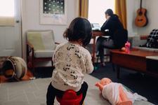 """Parinti, intre munca de-acasa si ingrijirea copiilor: """"M-am prabusit plangand pe podeaua din bucatarie"""""""