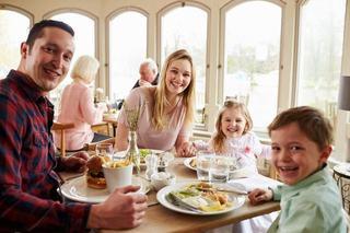 8 greseli pe care le fac parintii cand ies cu copilul la restaurant