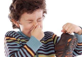 Copilului ii miros picioarele, ce e de facut?