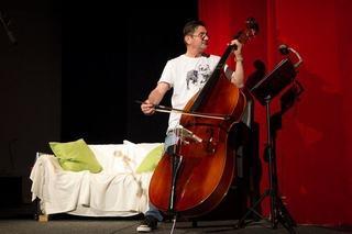Contrabasul Teatrului Excelsior canta in Festival National de Teatru