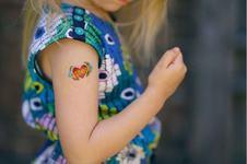 Tatuajele temporare utilizate de copii ar putea afecta pielea