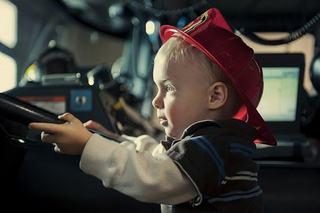 Un copil de 3 ani s-a urcat la volan si a dat peste mama sa. Femeia, dusa de urgenta la spital