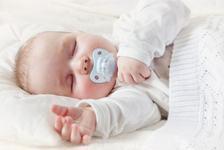Cat de sigur este ca bebelusii sa adoarma cu suzeta in gura? Iata adevarul!