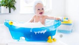 Cum sa-i faci baie bebelusului: ghidul unui parinte