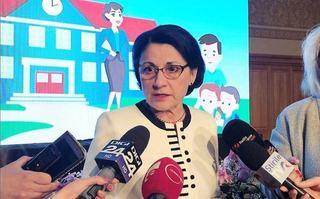 """Petitie pentru demiterea Ecaterinei Andronescu: """"De 30 de ani se fac experimente nereusite pe seama copiilor"""""""