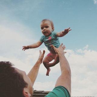 Nu mai arunca copilul in aer. Poate fi mortal!