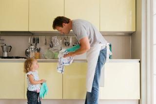 Tatii care fac curat in casa au fiice de succes