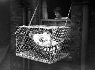 Lucruri BIZARE considerate absolut normale in trecut: copiii erau trimisi prin posta la bunici