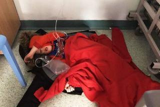 Copil de patru ani suspect de pneumonie, fortat sa doarma pe podea, in spital